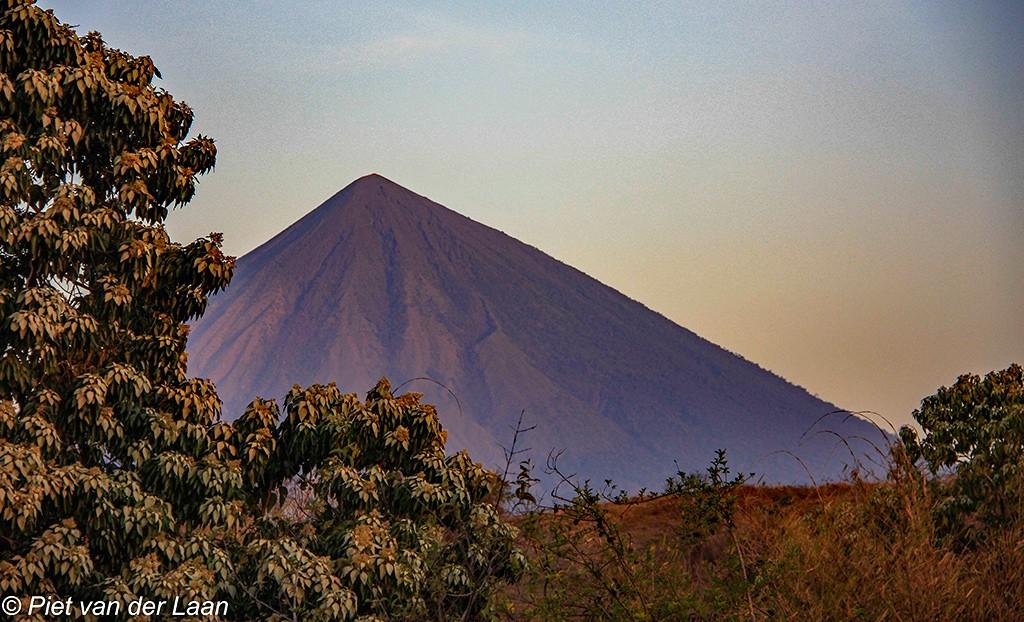 De Gunung Inerie vulkaan op Flores