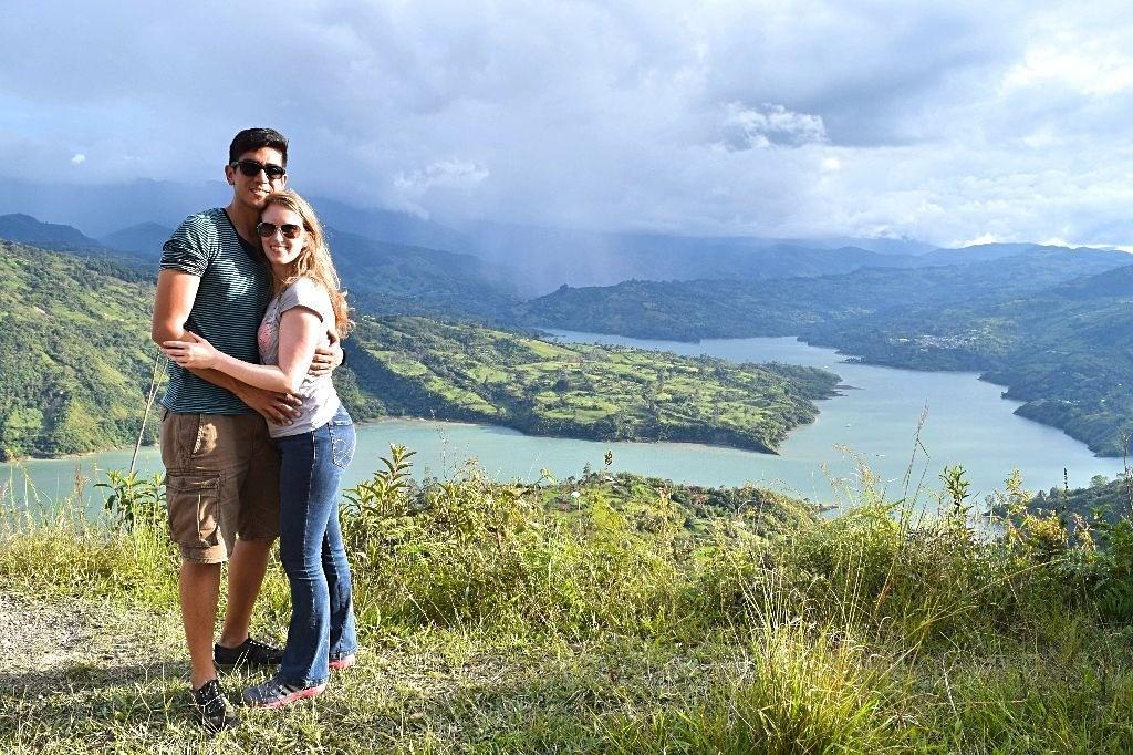 Colombia -Sabine en haar man samen bij het meer
