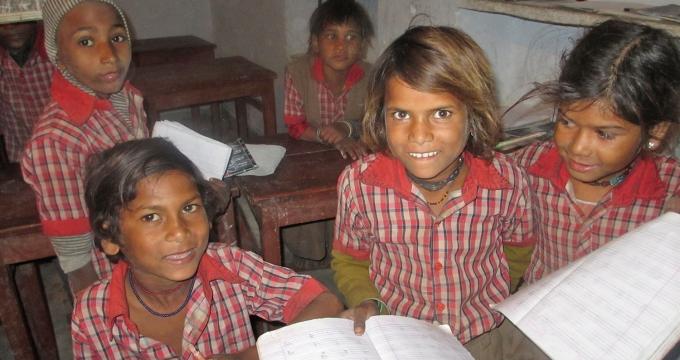 schoolpennen uitdelen aan kinderen